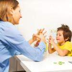 niño con autismo aprendiendo